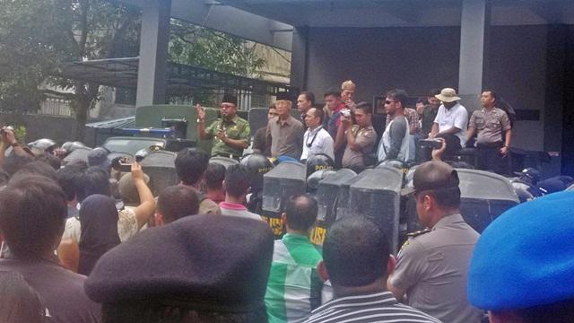 Warga Tanjungpinang Tumpah Ruah Demo PLN